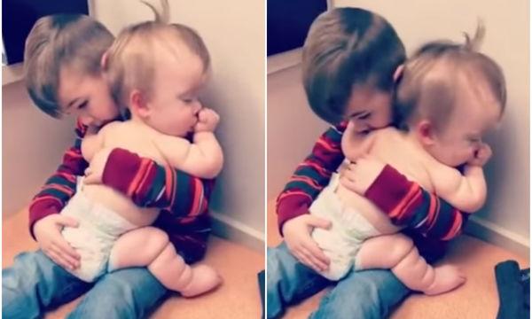 Η αδελφική αγάπη σε όλο της το μεγαλείο, στο βίντεο που έχει συγκλονίσει τους πάντες