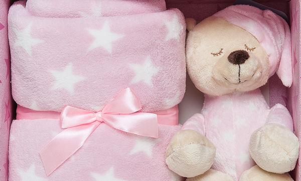 Ιδέα για δώρο σε νεογέννητο κοριτσάκι: Κουβερτάκι και λούτρινο αρκουδάκι σε κουτί