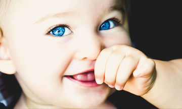 Μάτια μωρού: Ποια συμπτώματα θα πρέπει να σας ανησυχήσουν