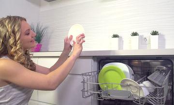 Πλυντήριο πιάτων: Τι είδους μικρόβια κρύβει και πόσο επικίνδυνα είναι για την υγεία μας;