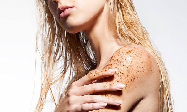 Scrub σώματος με μαύρο πιπέρι για τον καθαρισμό του γυναικείου σώματος