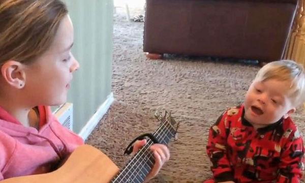 Η δύναμη της μουσικής: Αγοράκι με σύνδρομο Down τραγουδά μαζί με την αδελφή του (video)
