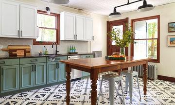 Αλλάξτε το χρώμα στα ντουλάπια της κουζίνας με ένα μόνο υλικό και κάντε τη να μοιάζει με καινούρια