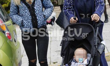 Βόλτα στη Γλυφάδα με το μωρό της η…