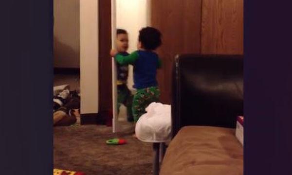 Αστείο βίντεο: Παιδιά βλέπουν τον εαυτό τους στον καθρέφτη και κάνουν απίστευτα πράγματα