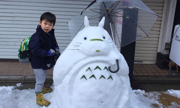 Ξεχάστε τον κλασικό χιονάνθρωπο. Στο χιονισμένο Τόκιο οι δημιουργίες τους είναι πολύ μπροστά! (pics)