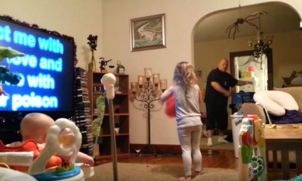 Μπαμπάς κάνει babysitting και η μαμά μένει έκπληκτη απ' όσα βλέπει στην κάμερα