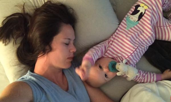 Το πιο αστείο βίντεο που έχουμε δει: Μωρό δεν αφήνει τη μαμά του να κοιμηθεί (vid)