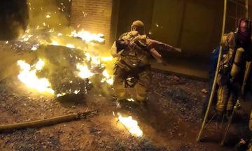 Βίντεο που κόβει την ανάσα: Ο απίστευτος τρόπος που σώζεται ένα παιδί από φλεγόμενο κτίριο