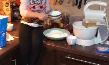 Βάσω Λασκαράκη: Δείτε την κόρη της να ετοιμάζει τα πιο νόστιμα μηλοπιτάκια