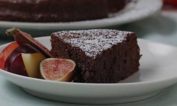 Σοκολατένιο κέικ μόνο με 2 υλικά! Θα σας αφήσει άφωνες