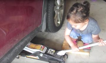 Αυτή η μικρή αλλάζει τα λάδια στο αυτοκίνητο του μπαμπά της και μας αφήνει άφωνους (vid)