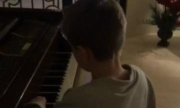 «Ο γιος μου είναι σαν ένα μικρός Μότσαρτ!» Ακούστε το γιο της γνωστής τραγουδίστριας να παίζει πιάνο
