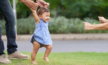 Πώς να βοηθήσετε το παιδί σας να περπατήσει