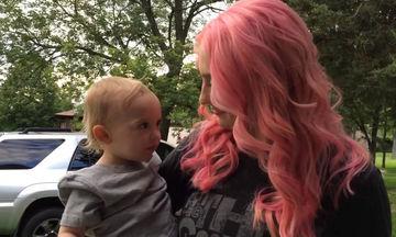 Έβαψε έντονα τα μαλλιά της  - Δείτε την αντίδραση του παιδιού της όταν την είδε (video)