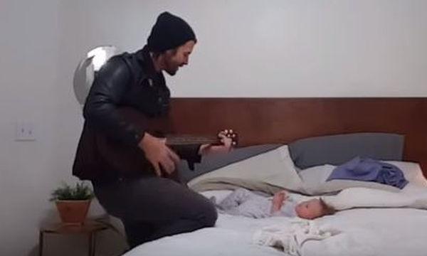 Όταν αρχίζει να της τραγουδά, η κόρη του αντιδρά με τον πιο γλυκό τρόπο (video)