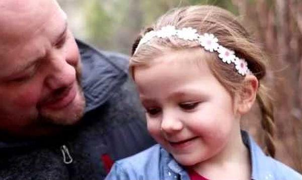 Χτενίζει ο ίδιος την κόρη του και τα χτενίσματά του ξετρελαίνουν το διαδίκτυο (video)