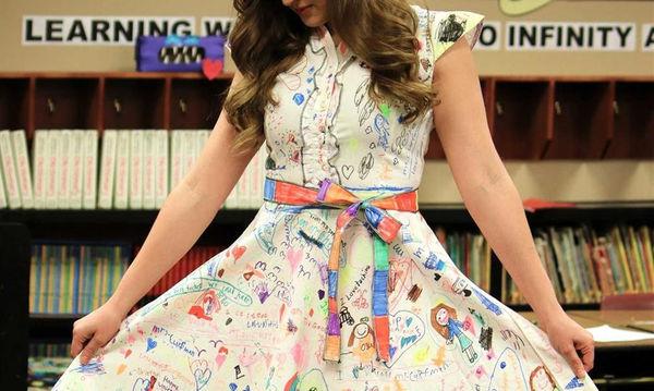 Δασκάλα ενθάρρυνε τη δημιουργικότητα των παιδιών αφήνοντάς τα να ζωγραφίσουν το λευκό της φόρεμα