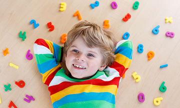 Το παιδί μαθαίνει αριθμητική μέσα από το παιχνίδι