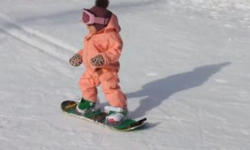 Μπορεί αν είναι 9 μηνών, μπορεί να μην περπατάει αλλά ξέρει πώς να κάνει snowboard (vid)