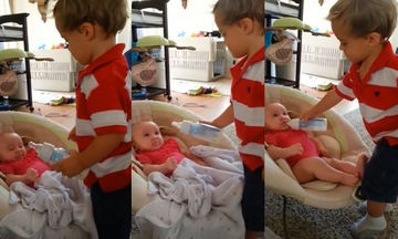 Αξιολάτρευτο! Μεγάλος αδερφός δεν αφήνει τη μικρή του αδερφή από τα μάτια του (vid)