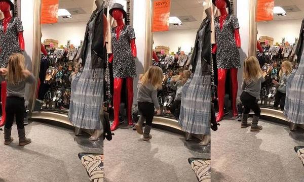 Η μαμά ψωνίζει και η μικρή δείχνει το ταλέντο της στο χορό μπροστά από τον καθρέφτη (vid)