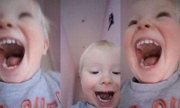 Πήρε το κινητό της μαμάς του και η χαρά του αποτυπώνεται στην κάμερα που άνοιξε τυχαία (vid)