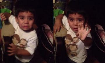 Δεν θέλει να πάει για ύπνο! Δείτε τι λέει και πώς αντιδρά αυτό το πιτσιρίκι (vid)