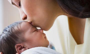 Πώς να δεθείτε με το νεογέννητο μωρό σας