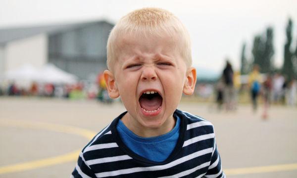 Γκρινιάρικο παιδί: Έχετε σκεφτεί πόσο σας κοστίζει οικονομικά όταν υποκύπτετε στη γκρίνια του;