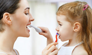 Τι πρέπει να κάνουν οι γονείς ώστε να διατηρούν την υγεία των ούλων και των δοντιών των παιδιών τους