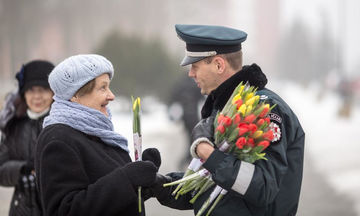 Ημέρα της Γυναίκας: Λιθουανοί αστυνομικοί μοιράζουν λουλούδια σε γυναίκες και γίνονται viral (pics)
