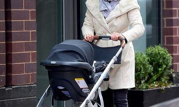 Απογευματινή βόλτα με το νεογέννητο γιο της και χωρίς μακιγιάζ (pics)