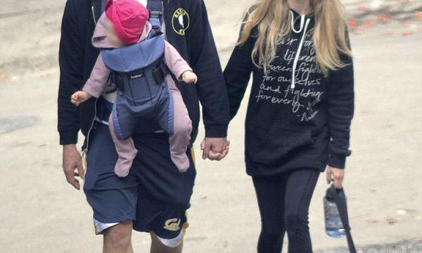 Ο φωτογραφικός φακός τους τσάκωσε χέρι - χέρι σε απογευματινή βόλτα με το μωρό και τον σκύλο τους