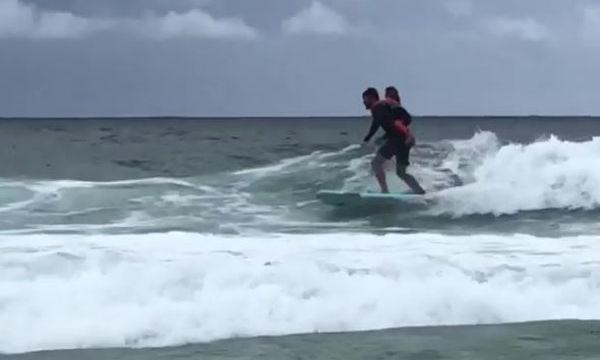 Γνωστός ηθοποιός «δαμάζει» τα κύματα έχοντας στην πλάτη του την 5χρονη κόρη του (vid & pics)