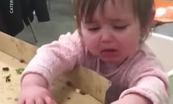 Ποιος μπορεί να αντισταθεί σε ένα κομμάτι πίτσας; Αυτό το μωρό σίγουρα όχι (video)