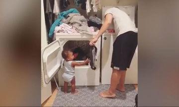 Αυτή η μικρούλα είναι η καλύτερη βοηθός (video)