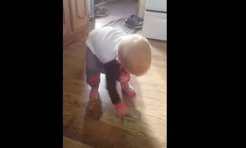 Την καλύτερη κρυψώνα για να φυλάξει τα χρήματά της βρήκε αυτή η μικρούλα (video)