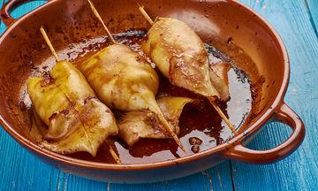 Νηστίσιμη συνταγή: Ψητά καλαμάρια γεμιστά με πιπεριά και ντομάτα