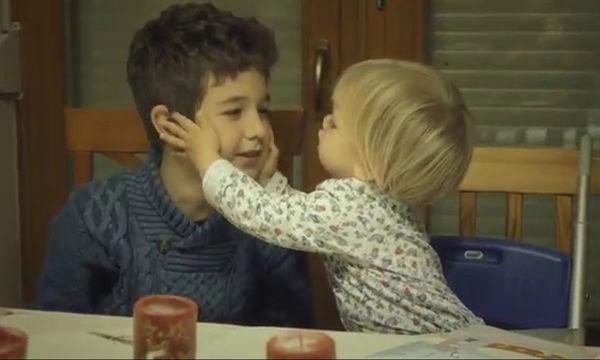 Φοβερή η μικρή: Δείτε τι κάνει στον αδελφό της μετά τα γέλια και τις αγκαλιές (video)