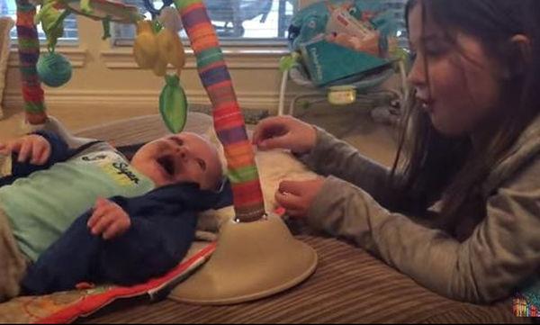 Η τρυφερή συνομιλία μεταξύ της μεγάλης αδελφής και του νεογέννητου αδελφού της είναι μοναδική