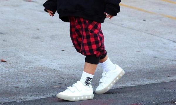 Η επιστροφή των λαμπερών και φωτεινών sneakers