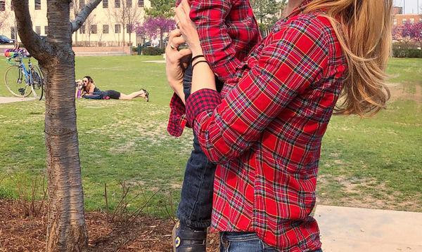 Ελληνίδα παρουσιάστρια φωτογραφίζεται με το γιο της φορώντας τα ίδια ρούχα