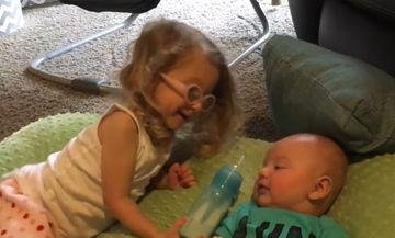 Θέλει να ταΐσει τον αδελφό της όμως δεν τα καταφέρνει - Δείτε γιατί (video)