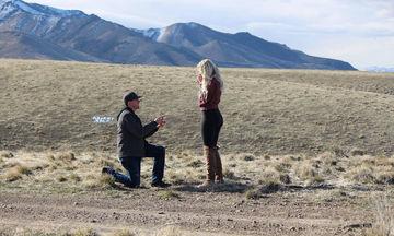 Η απίστευτη φάρσα ενός μπαμπά στην κόρη του την ώρα που δέχεται πρόταση γάμου, έγινε viral (pics)