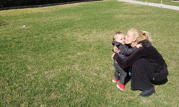 Σύζυγος Έλληνα τραγουδιστή απολαμβάνει τον ήλιο παρέα με τον ενός έτους γιο της (pics)