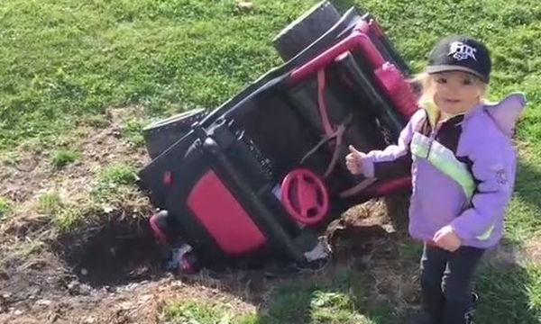 Πάμε μια βόλτα; Παιδιά οδηγούν το δικό τους αυτοκίνητο και το διασκεδάζουν (vid)