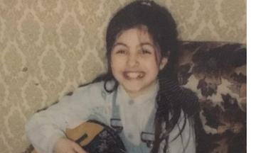 Αναγνωρίζετε ποια Ελληνίδα τραγουδίστρια είναι το κοριτσάκι της φωτογραφίας;