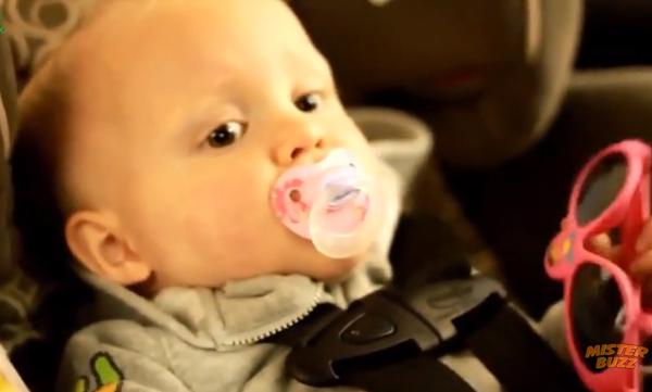 Μωρά για πρώτη φορά σε πλυντήριο αυτοκινήτων! Δείτε πώς αντιδρούν (vid)