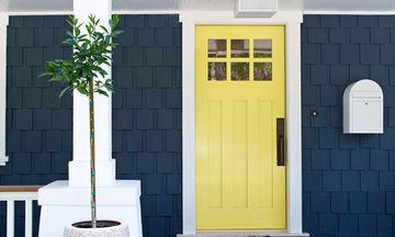 Σκέφτεστε να βάψετε την κεντρική πόρτα του σπιτιού; Ιδού απίθανες ιδέες (pics)